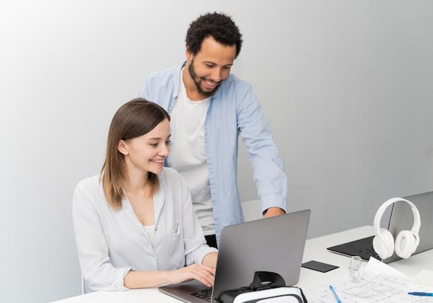 Mann und frau arbeiten gemeinsam an energiesparlösungen