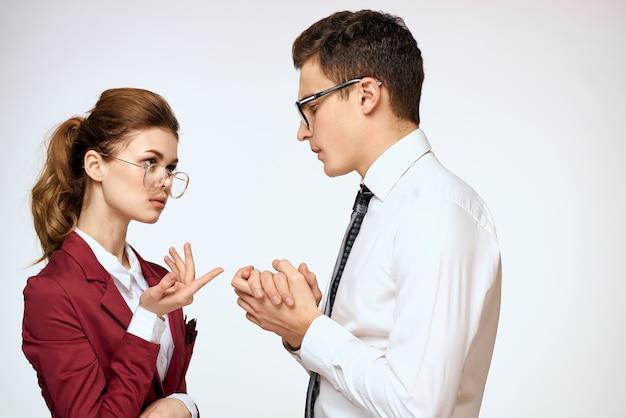 Mann und frau arbeiten kollegen beamte kommunikation licht hintergrund.