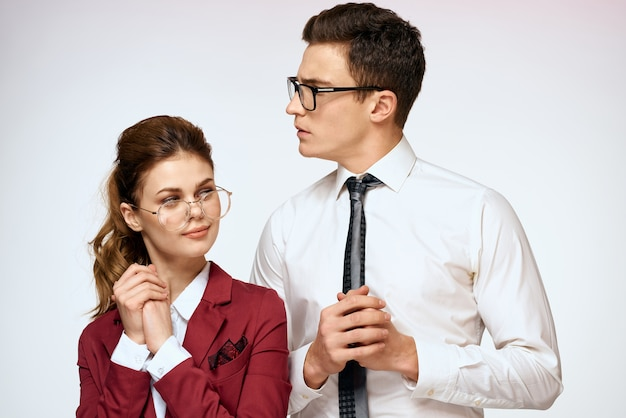 Mann und frau arbeitskollegen beamte kommunikation lichtraum