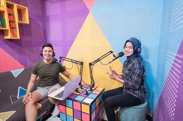 Mann und frau beim live-interview im podcast-studio zusammen