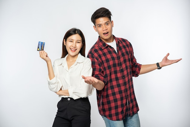 Mann und frau benutzen gerne kreditkarten zum einkaufen
