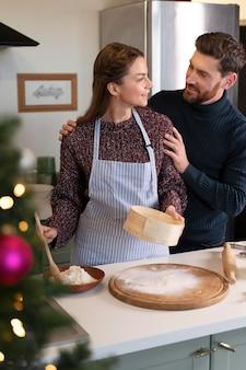 Mann und frau bereiten gemeinsam das weihnachtsessen zu