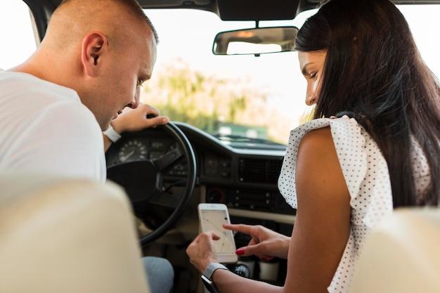Mann und frau betrachten telefonkarte