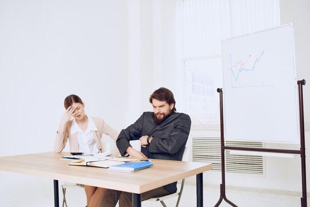 Mann und frau, die an einem schreibtisch sitzen, arbeiten kommunikationsprofis