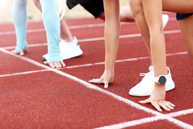 Mann und frau, die auf outdoor-strecke rennen