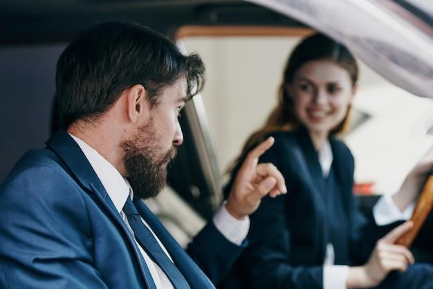 Mann und frau, die einen autolebensstil fahren