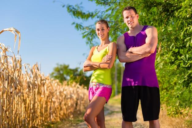 Mann und frau, die für sport laufen