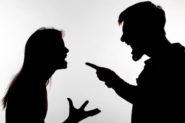 Mann und frau, die häusliche gewalt ausdrücken
