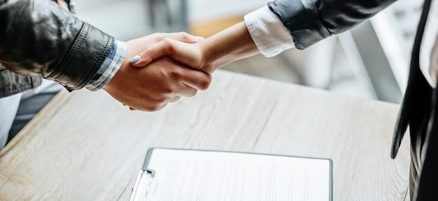 Mann und frau, die hand zittern. handshake nach guter zusammenarbeit, geschäftsfrau händeschütteln mit professionellem geschäftsmann nach gesprächen über einen guten vertrag. geschäftskonzept.