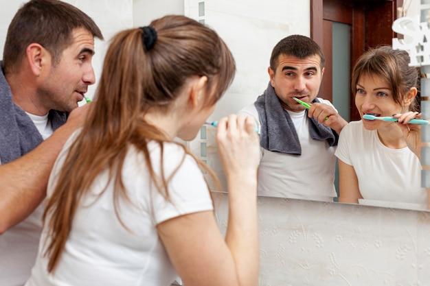 Mann und frau, die ihre zähne putzen