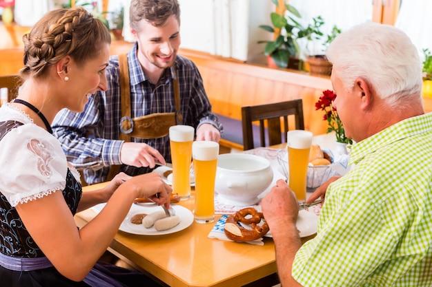 Mann und frau, die im bayerischen restaurant essen