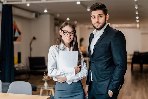 Mann und frau, die im büro arbeiten