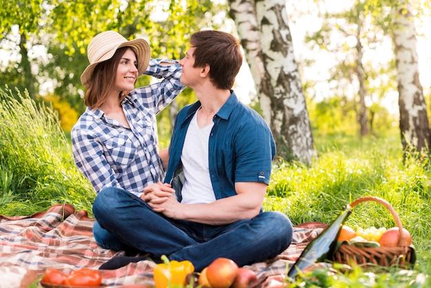 Mann und frau, die im park picknicken