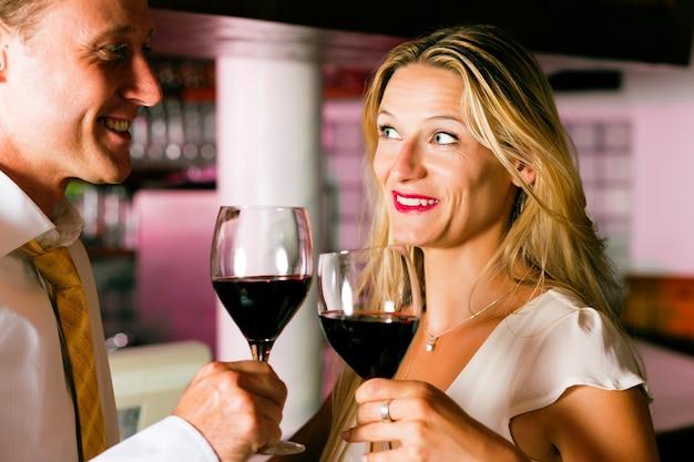 Mann und frau, die in der hotelbar flirten