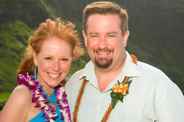Mann und frau, die in hawaii aufwerfen