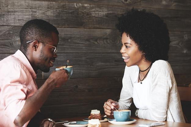 Mann und frau, die kaffee im café trinken