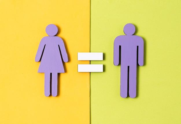 Mann und frau, die mit gleichheitszeichen zwischen ihnen stehen
