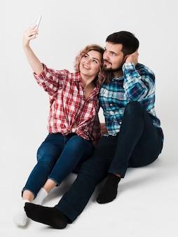 Mann und frau, die selfie für valentinsgrüße nehmen