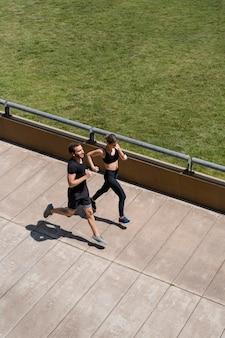Mann und frau, die zusammen draußen joggen