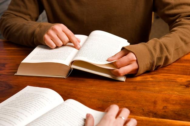 Mann und frau, die zusammen studieren