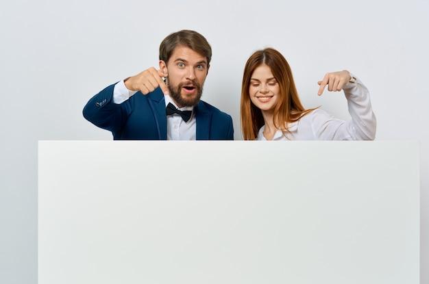 Mann und frau emotionen präsentation weißen kommunikationsbeamten modell poster