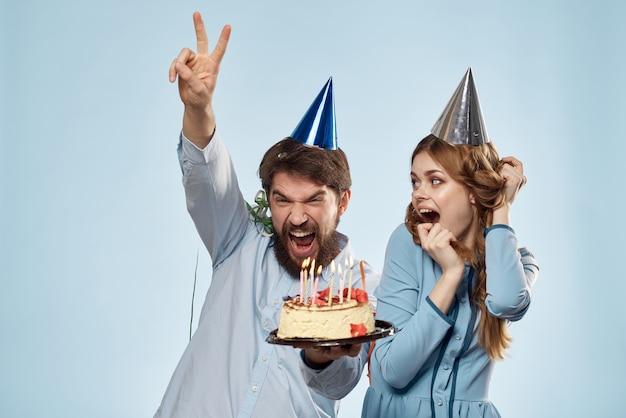 Mann und frau feiern geburtstag mit kuchen