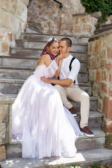Mann und frau gehen und umarmen sich. paar verliebt, braut und bräutigam