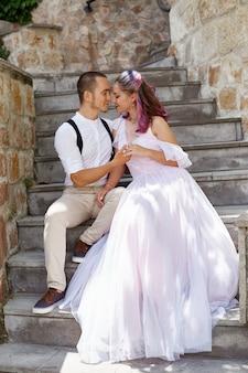 Mann und frau gehen und umarmen sich. verliebtes paar, braut und bräutigam