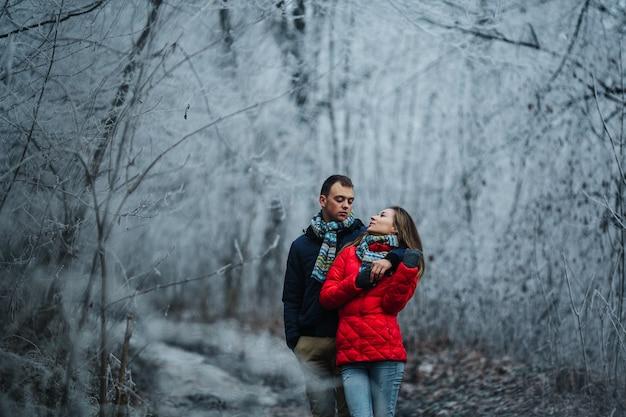 Mann und frau gehen zusammen auf winterpark