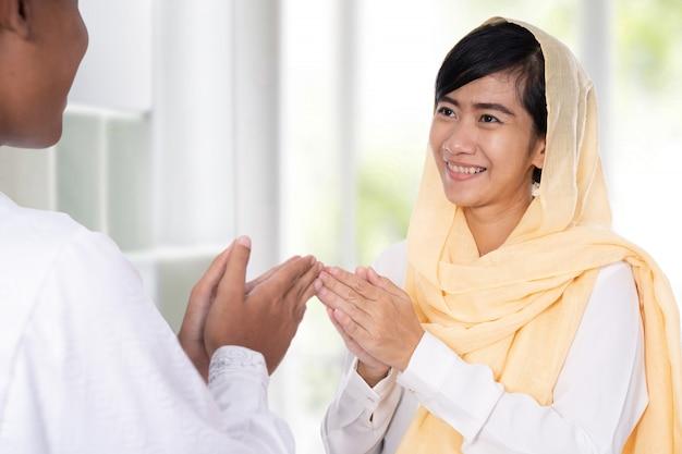 Mann und frau grüßen auf muslimische traditionelle weise