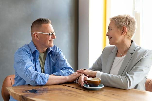 Mann und frau haben ein schönes date in einem café