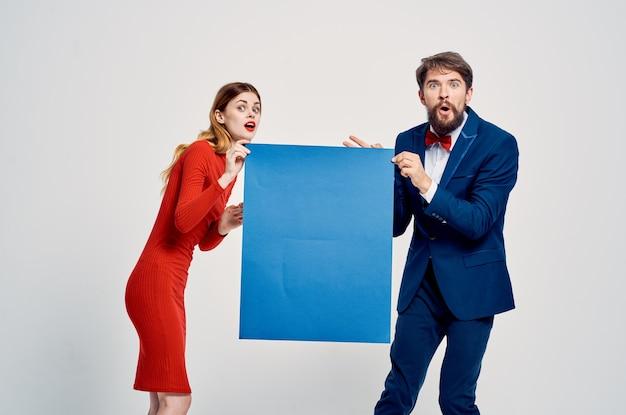 Mann und frau halten blaues banner in den händen kopieren raumwerbung