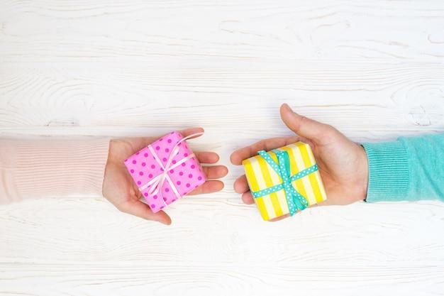 Mann und frau halten geschenke