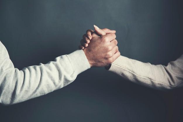Mann und frau hand auf dunklem hintergrund