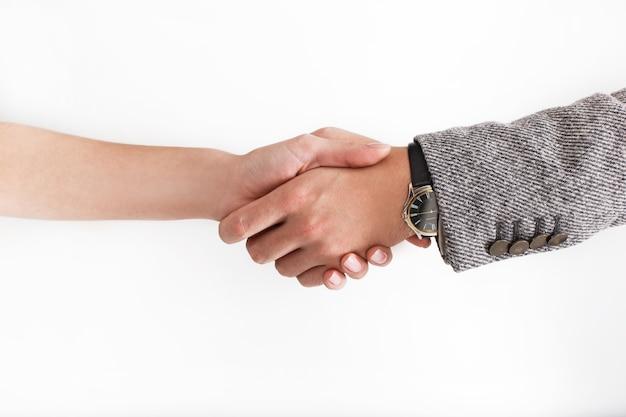 Mann und frau im büroanzug schütteln ihre hände