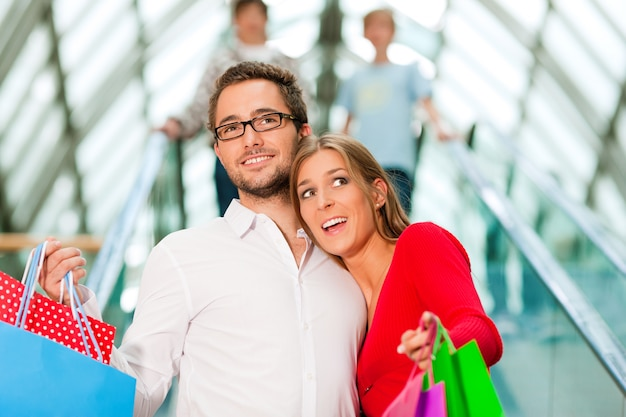 Mann und frau im einkaufszentrum