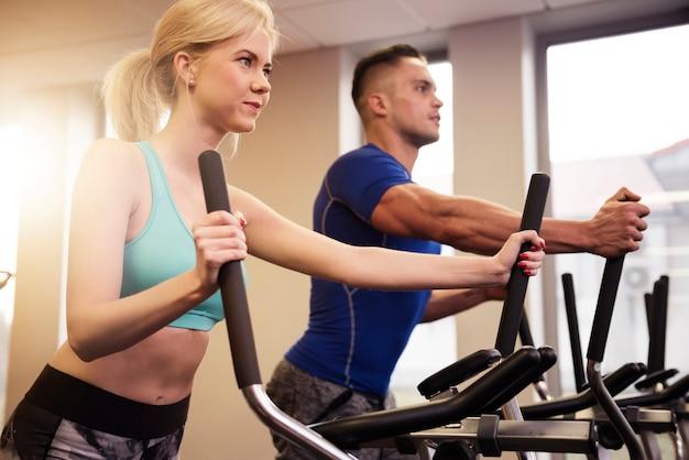 Mann und frau im fitnessclub