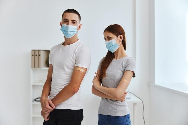 Mann und frau im krankenhausmedizinimpfstoff-gesundheitspass covid