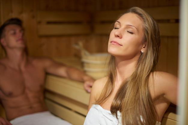 Mann und frau im saunainnenraum