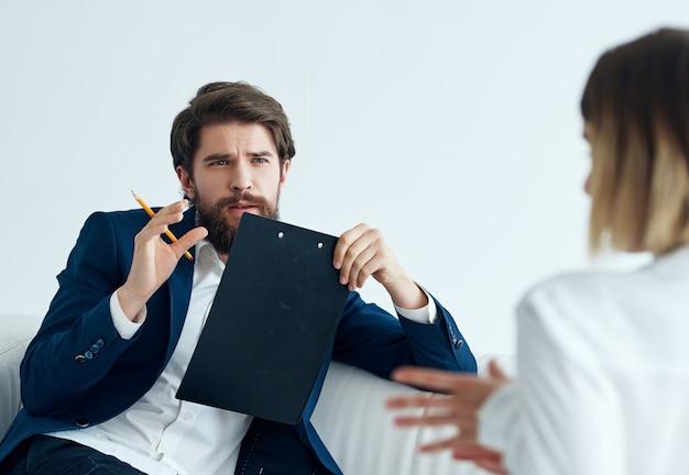 Mann und frau im vorstellungsgespräch arbeitspsychologie