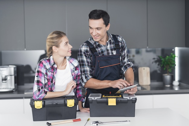 Mann und frau in der küche des kunden