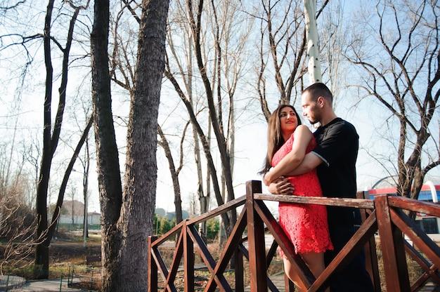 Mann und frau in der liebe, die im park aufwirft