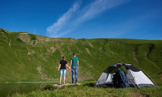 Mann und frau in der nähe von camping