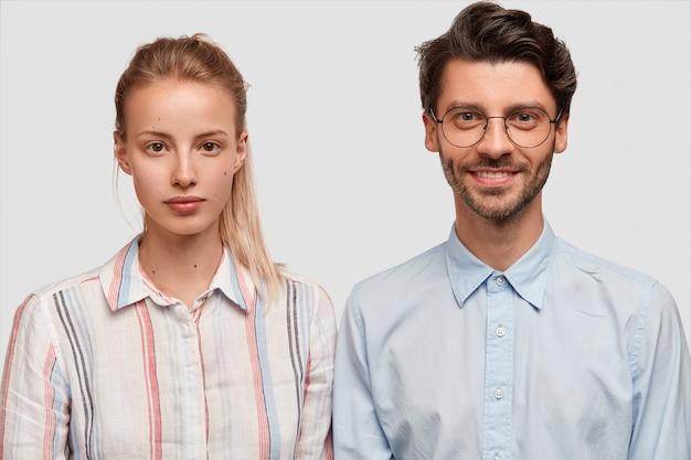 Mann und frau in formellen kleidern posieren