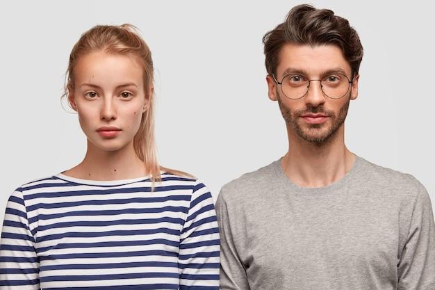 Mann und frau in freizeitkleidung posieren