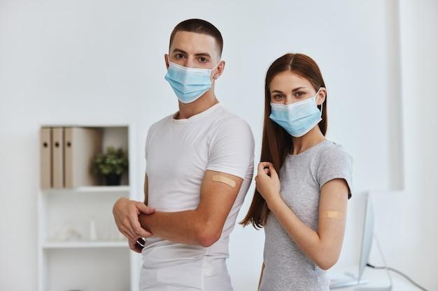 Mann und frau in weißen t-shirts im krankenhaus-impfpass-immunschutz