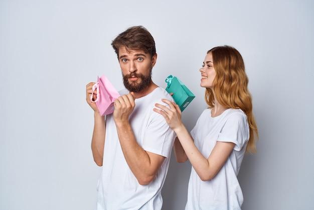 Mann und frau in weißen t-shirts weihnachtsgeschenke einkaufen