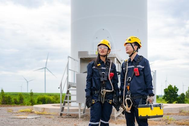 Mann und frau inspektionsingenieure bereiten den windpark vor und überprüfen ihn