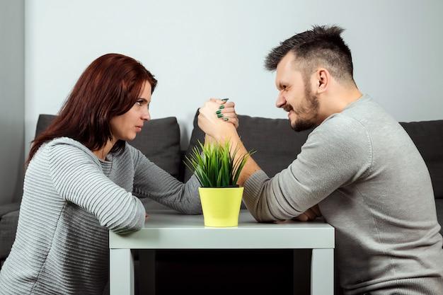 Mann und frau kämpfen mit den armen