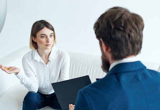 Mann und frau kommunizieren arbeitsteamdokumente